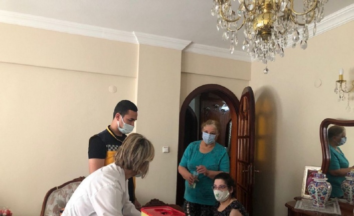 Bursa'da mobil sağlıkçılar aşı 'engel'ini kaldırıyor