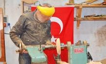 Bursa İznik'te emekli öğretmen ahşaba hayat veriyor