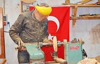 Bursa İznik'te emekli öğretmen ahşaba hayat...