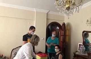 Bursa'da mobil sağlıkçılar aşı 'engel'ini...