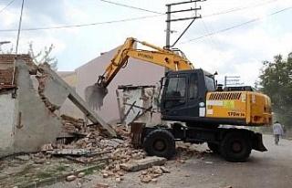 Akmeşe Cumhuriyet Mahallesi'ndeki metruk bina yıkıldı