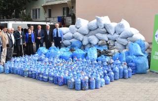 Gemlik Belediyesi 5 ton mavi kapak topladı