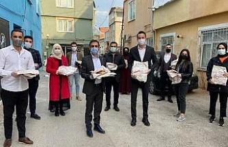 AK Partili gençlerden iftarlık pide ikramı
