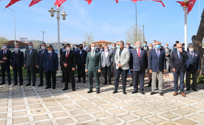 Gemlik'te 23 Nisan çelenk töreni ile başladı